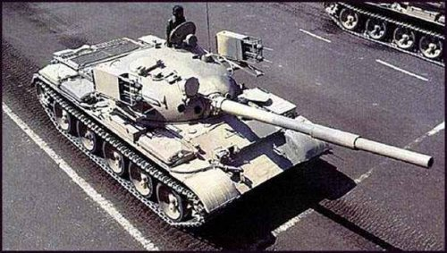 Egypt T-62 with Sakr smoke rockets.jpg