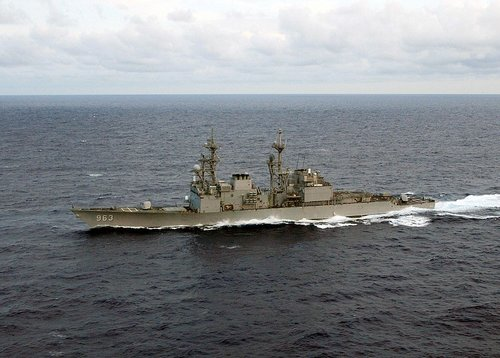 1024px-USS_Spruance_(DD-963)_underway_in_the_Atlantic_Ocean_on_11_June_2004_(6655386).jpg