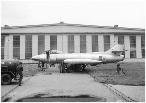 Erdkampfflugzeug P-16 vor dem FFA-Hangar, Messungen an der Nasenklappe.jpg