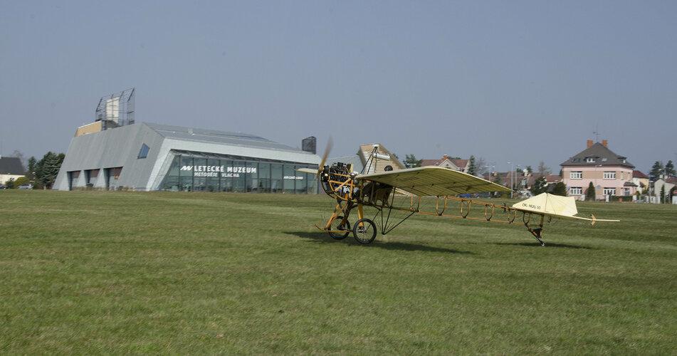 Letadlo-Metodeje-Vlacha-pristava-pred-muzeem.jpg
